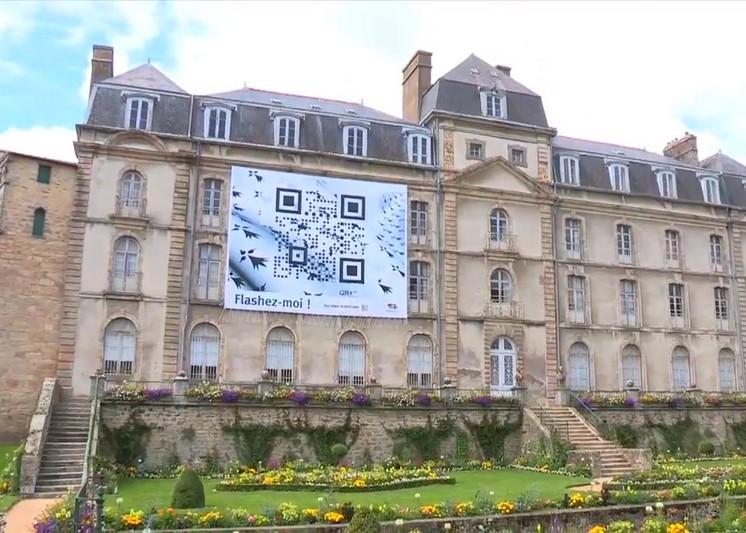 Un QR Code géant sur le Château de l'Hermine à Vannes.