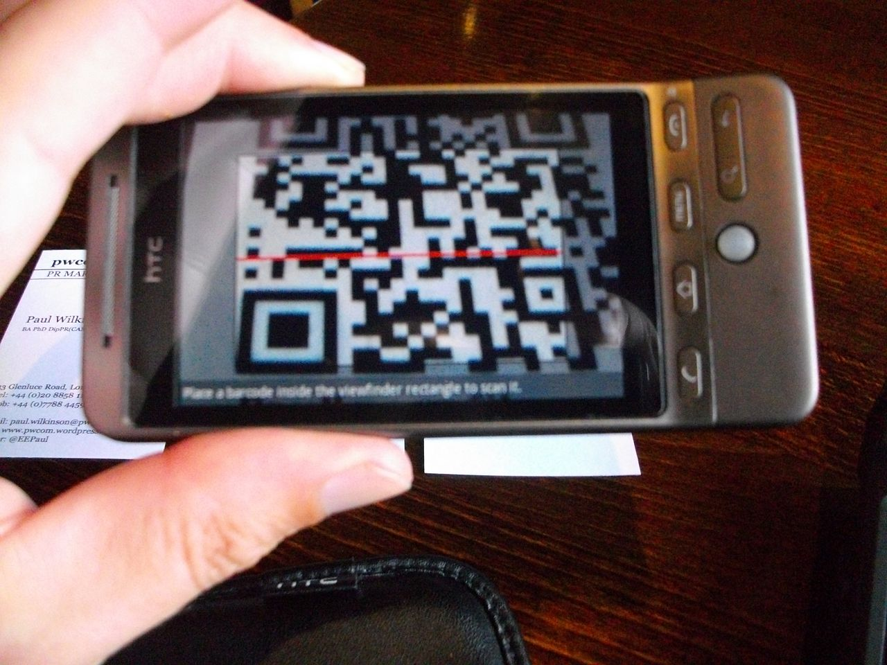 1280px-Scanning_QR_codes_on_business_cards